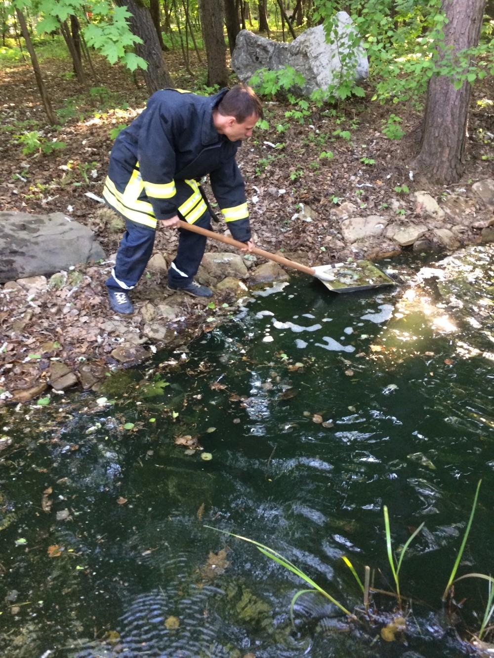 Спасатели Ростовского филиала АСС провели очистку водоема от нефтепродуктов, образовавшеюся в результате аварии на  АЗС в Пролетарском районе области