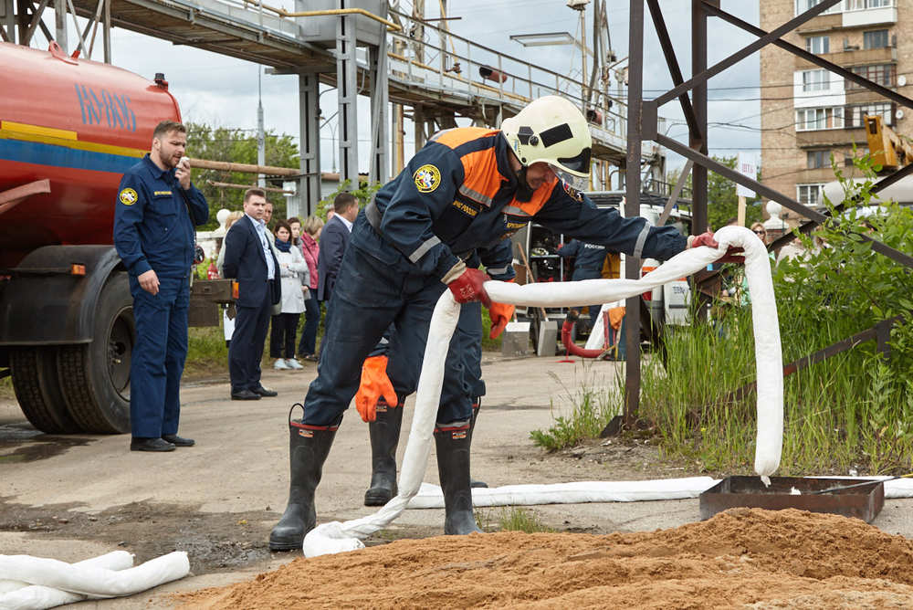 Отработка действий спасателей при разливе нефти