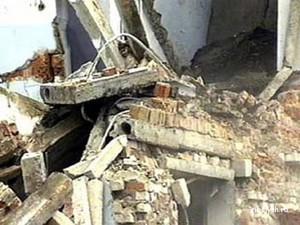 Профессиональное аварийно-спасательное формирование сообщает: обвалилась крыша жилого дома на центральной улице